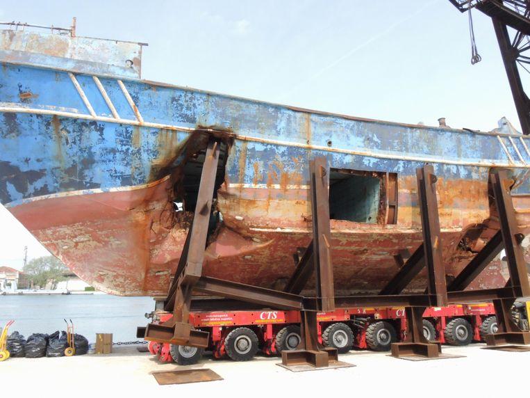 De 'Barca Nostra' met zeker 700 mensen aan boord zonk in 2015 in de Middellandse zee. Het scheepswrak is deze zomer te zien op de Venetiaanse kunstbiënnale. Beeld Photo News