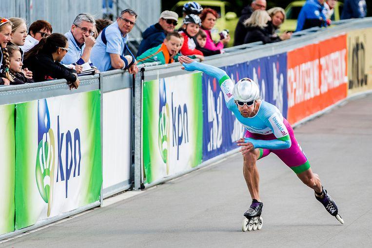 Wereldkampioen Michel Mulder in 2015 in actie tijdens het NK inline-skaten op de baan. Beeld ANP