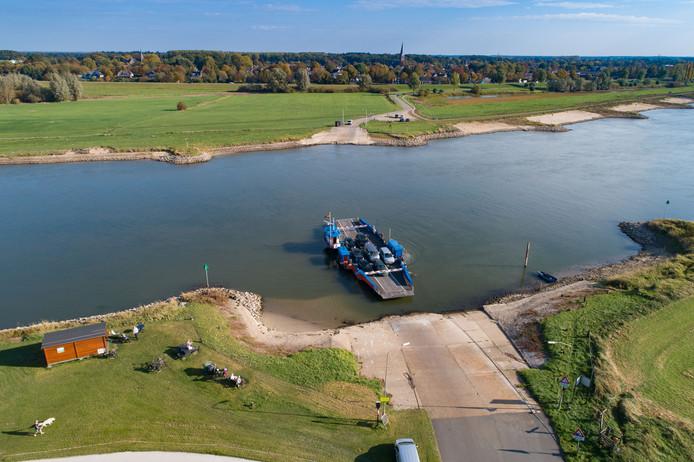Ook de veerpont bij Wijhe heeft last van het lage water.