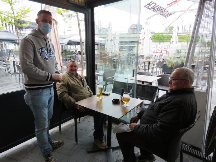 Gerdi Vermeulen is dolblij om z'n trouwe klanten terug te zien.