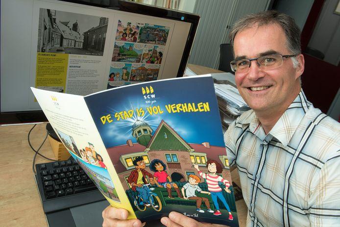Striptekenaar Arie van Vliet heeft een stripboek gemaakt naar aanleiding van 100 jarig bestaan van woningcorporatie SCW.
