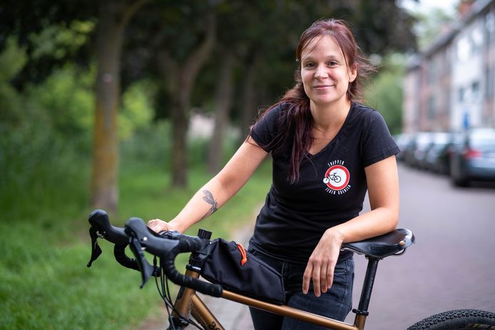 Anneke Krols uit Lier fietste de Belgische landsgrens af ten voordele van de vzw UilenSpiegel.