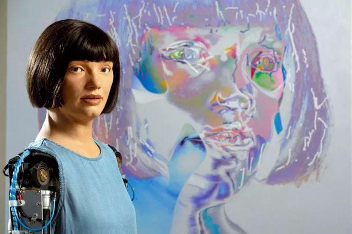 Ai-Da, le premier robot artiste, expose à Londres.