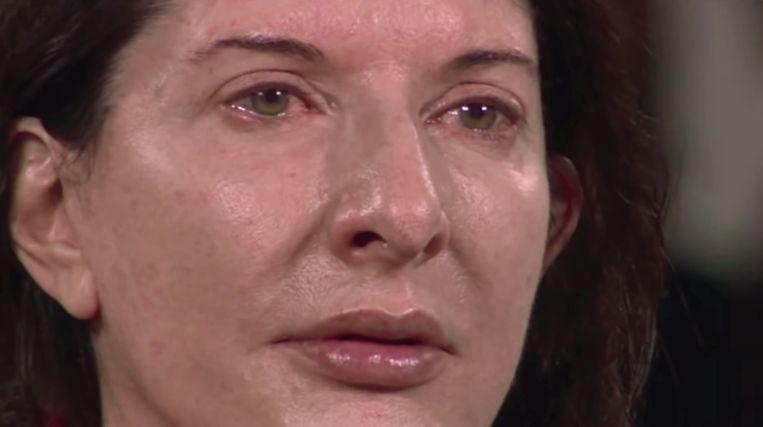 Marina Abramovic in tranen tijdens haar performance 'The Artist is Present'. Beeld Still uit de documentaire Marina Abramovic: The Artist is Present