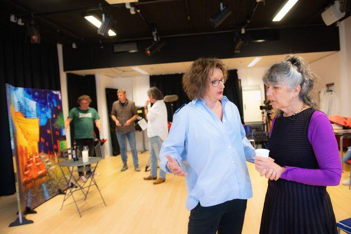 Hella de Jonge (rechts) in gesprek met Kitty van Mil tijdens een repetitie van haar voorstelling 'Niemandsland'.