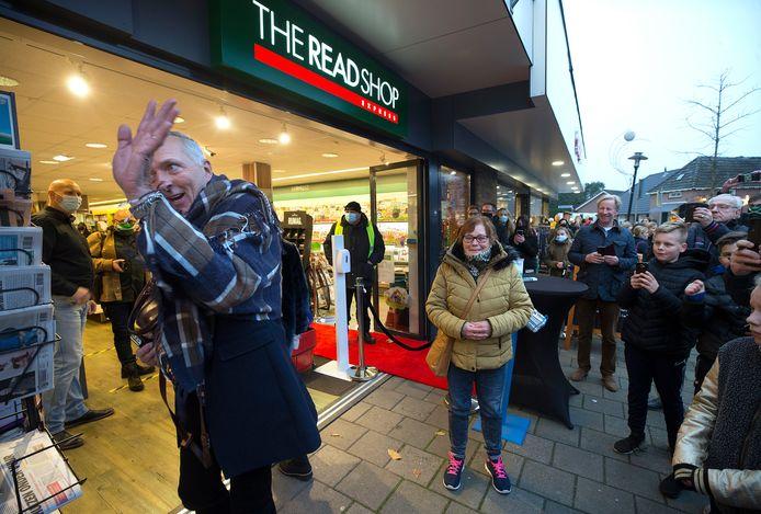 Martien Meiland signeert bij de Read Shop in Zelhem, en dat willen de fans weten.