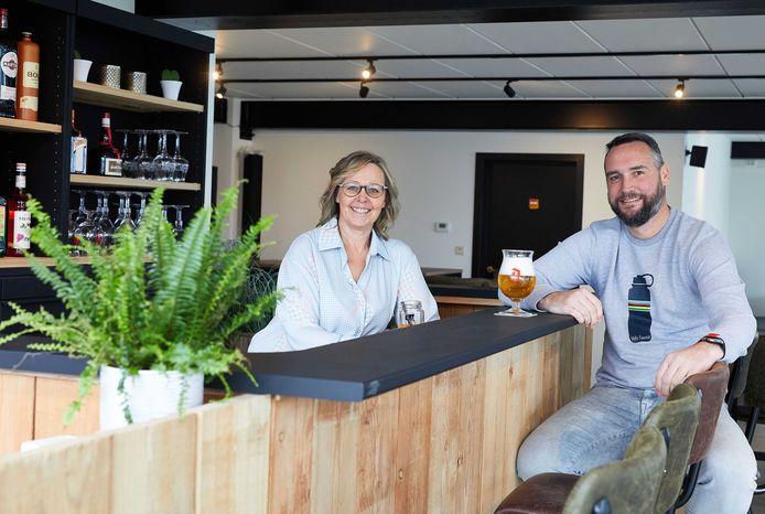 Sandra De Nil en partner Kevin in de vernieuwde bar van binnenspeeltuin Josan