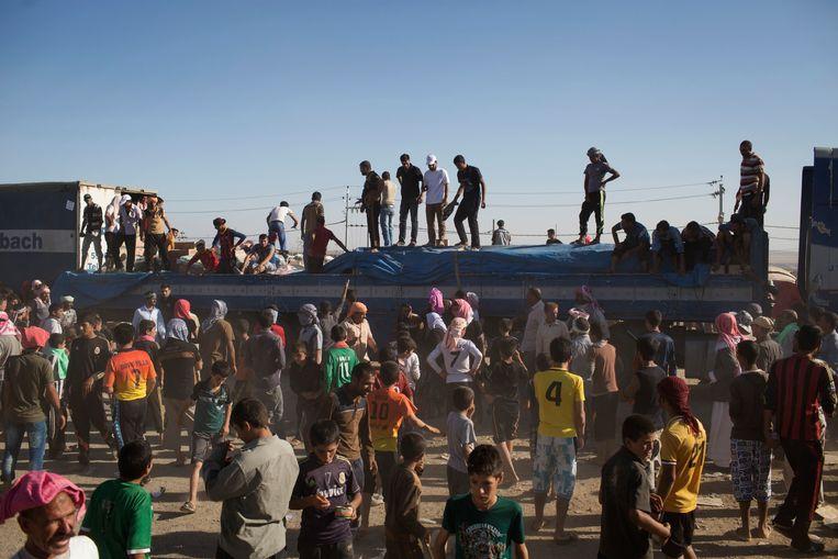Wachten op de voedselverdeling in het vluchtelingenkamp Bajid Kandal, Irak.  Beeld NYT