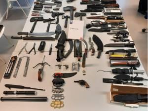 Wapenfreak ontvangt Antwerpse politie met dolk in de hand: grote hoeveelheid drugs en wapens in beslag genomen