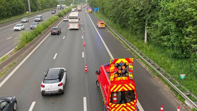 Vrouw gewond nadat wagen achteraan op vrachtwagen inrijdt op E40