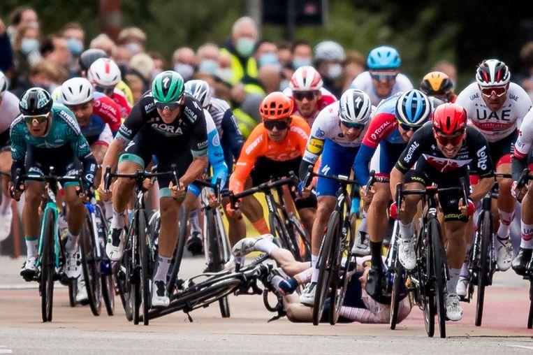 Een valpartij tijdens de eindsprint van de eendaagse wielerwedstrijd de Scheldeprijs, oktober 2020. Beeld BELGA