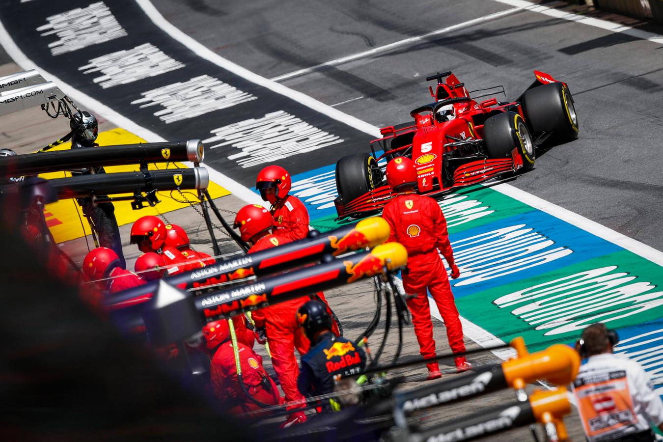 Sebastian Vettel komt met een kapotte achtervleugel binnen, nadat hij in de eerste ronde is geraakt door Charles Leclerc.