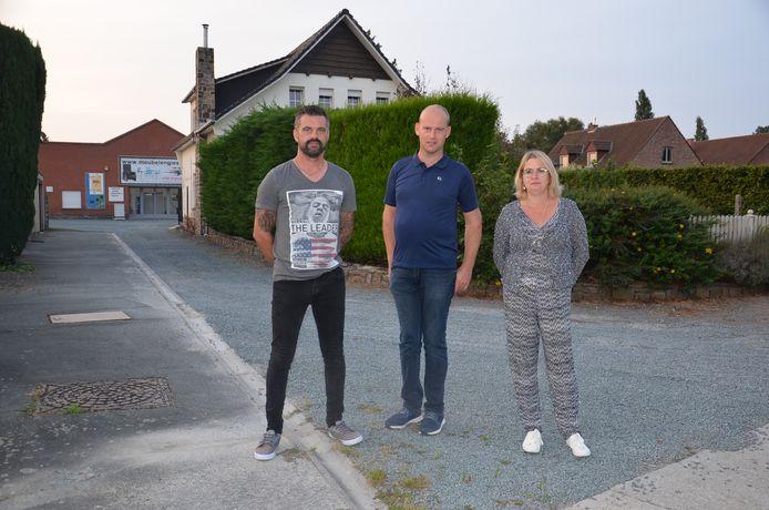 Bewoners Kris Souffriau, Kristof Watté en Leslie Van der Borght in de Hazelaarstraat, waar er een nieuw bedrijvenpark is gepland.