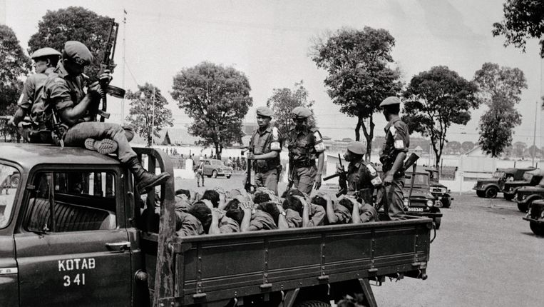 Militairen voeren opgepakte leden van de communistische jeugdbeweging weg in een vrachtwagen, oktober 1965. Honderdduizenden werden vermoord. Beeld © Bettmann/CORBIS
