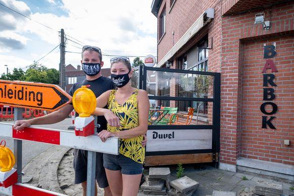 Nausikaä Jacobs en Stijn De Bock op het terras van café Barbok in Blaasveld