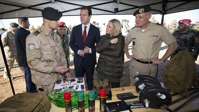 Vicepremier Lodewijk Asscher en minister Jeanine Hennis-Plasschaert van Defensie tijdens een bezoek aan Irak vorige maand.