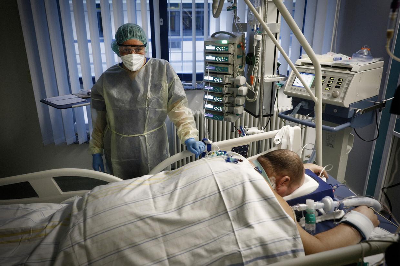 Een coronapatiënt wordt beademd op de ic van een ziekenhuis in de Saskische plaats Adorf. Beeld Daniel Rosenthal