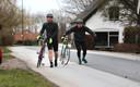 Wielrenners Kees en Bas moesten door de sterke wind van hun fietsen stappen op de dijk bij Arkel.