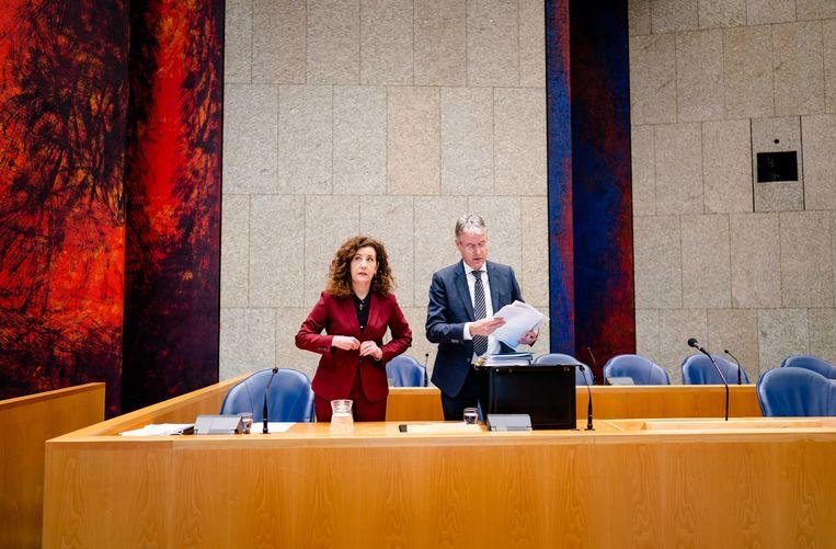 De demissionaire ministers Van Engelshoven (l) en Slob van Onderwijs.  Beeld ANP