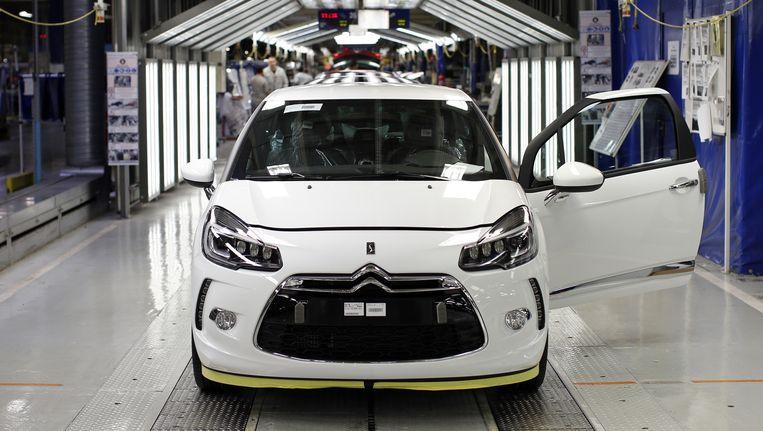 Een DS3 rolt van de band in de fabriek van PSA Peugeot Citroen in Poissy, nabij Parijs. De autoindustrie is een van Frankrijks kroonjuwelen. Beeld Reuters