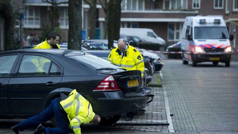 Politie onderzoekt een auto in de Schaepmanstraat in de Amsterdamse Staatsliedenbuurt, de dag nadat er in de buurt op verschillende plekken geschoten werd. Beeld ANP