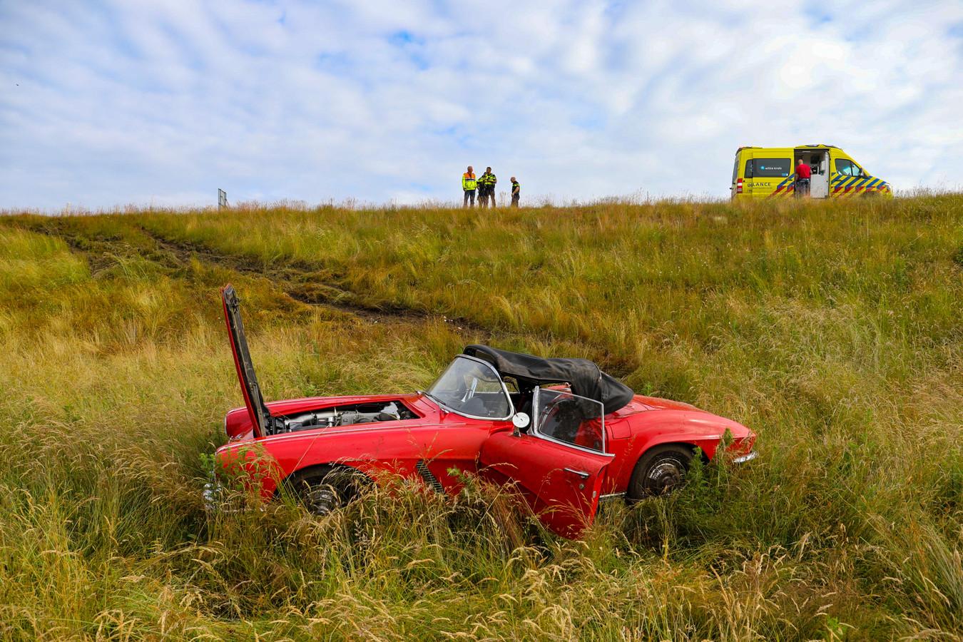 Een rode Corvette cabriolet met Duits kenteken vloog vanmorgen van een talud bij afslag Apeldoorn-Zuid van de A1.