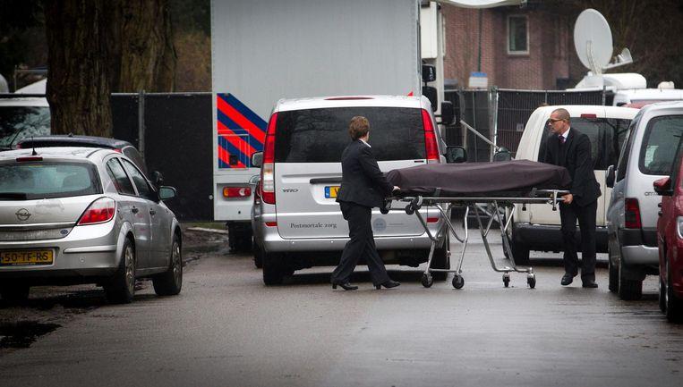 Het lichaam van Koen Everink wordt weggedragen op een brancard, nadat de zakenman dood is aangetroffen in zijn woning. Beeld anp