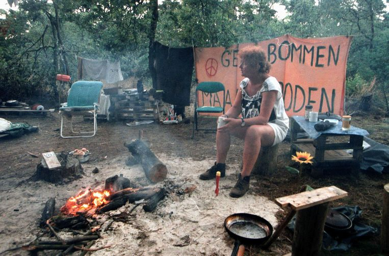 Een vredesactiviste betoogt tegen kernwapens nabij vliegbasis Volkel in 1999.  Beeld Cor de Kock