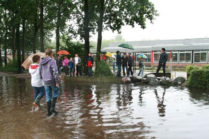 Wateroverlast zoals in 2010 in de buurt van basisschool De Schakel wil de gemeente graag voorkomen.