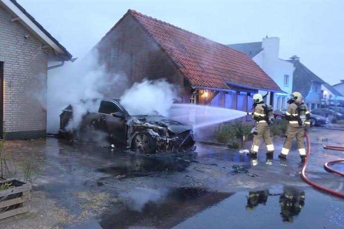 Elektrische auto brandt uit aan het Wildpad in Vught.