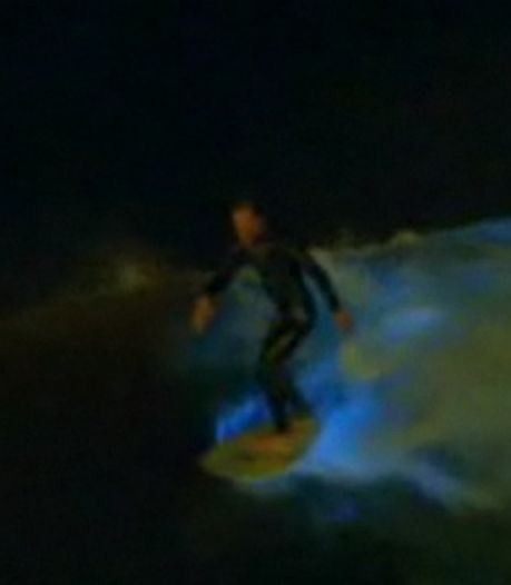 Des vagues bleues illuminent la plage de San Diego (vidéos)