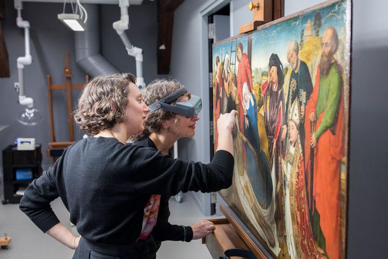 De restauratoren Carol Pottasch en Lieve d'Hont onderzoeken het paneel van Van der Weyden. Beeld Ivo Hoekstra / Mauritshuis, Den Haag