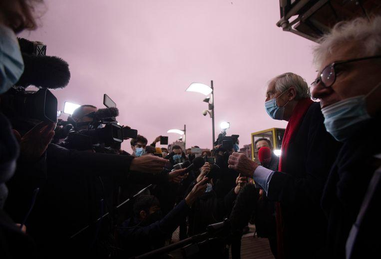 Advocaten George Henri Beauthier (met de rode sjaal) en William Bourdon, die de National Council of Resistance of Iran verdedigen, aan het Antwerpse justitiepaleis.  Beeld AP