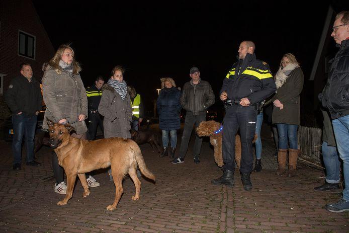 Wijkagenten gaan in Ochten met hondenbezitters de straat op om tips te geven hoe ze inbraak kunnen voorkomen.