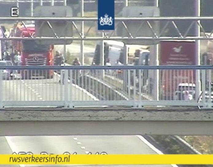 De gekandelde vrachtwagen in de middenberm van de A58 bij Oirschot op camerabeeld van Rijkswaterstaat.
