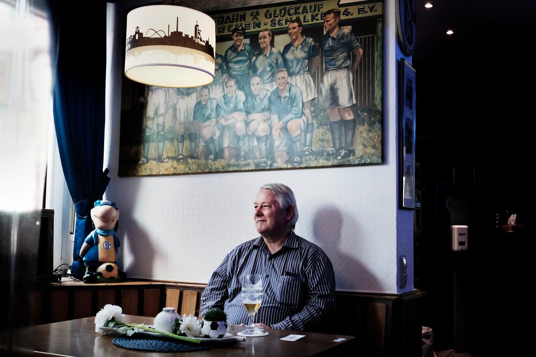 Een Schalke-fan in het 'Vereinslokal' Bosch 04. Bij het legendarische Schalke 04 leek het succes nooit te komen aanwaaien. Juist dat maakte de club zo sympathiek.  Beeld Daniel Rosenthal / de Volkskrant