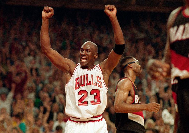 Michael Jordan na een zege van de Bulls tegen de Portland Trail Blazers in the NBA Finals van 1992.  Beeld AP