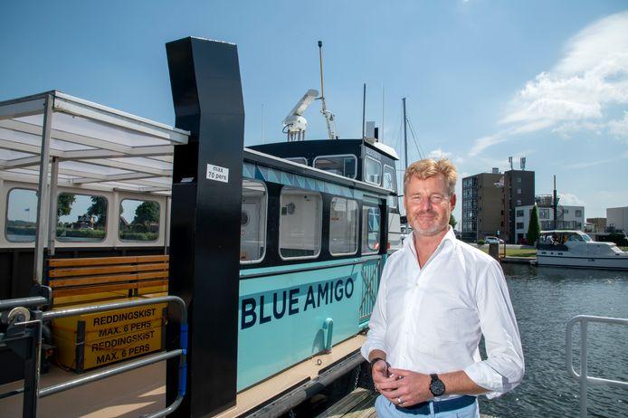 Wethouder Ewout Suithoff van Zeewolde bij de watertaxi Blue Amigo, die vanaf 2 juli tot en met 29 augustus gaat varen tussen Harderwijk en Zeewolde. Suithoff is de initiatiefnemer voor de watertaxi.