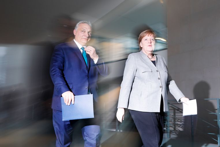 De Hongaarse premier Viktor Orbán en de Duitse bondskanselier Angela Merkel eerder dit jaar. Beeld AP