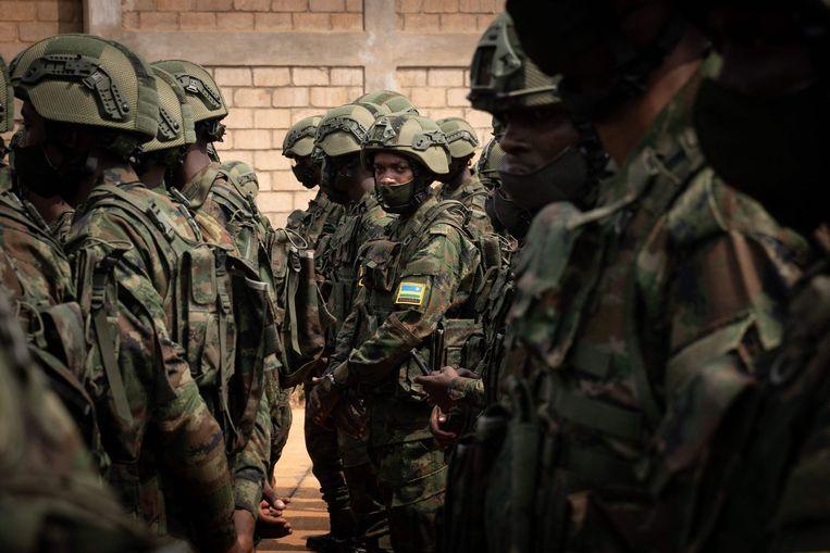 Soldaten en politiemannen uit Rwanda staan klaar voor een militaire missie in Mozambique. Beeld AFP