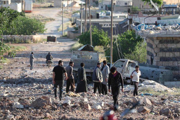 Syriërs tussen het puin van een luchtaanval van Rusland in Idlib gisteren.