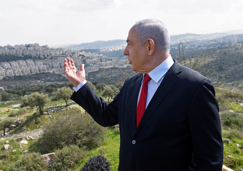 Benyamin Netanyahu bij een bezoek aan bezet gebied op de Westelijke Jordaanoever. Veel illegale Israëlische nederzettingen kunnen straks geannexeerd worden. Beeld AP