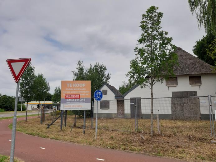 De witte boerderij bij de rotonde Schoenaker/Woeziksestraat