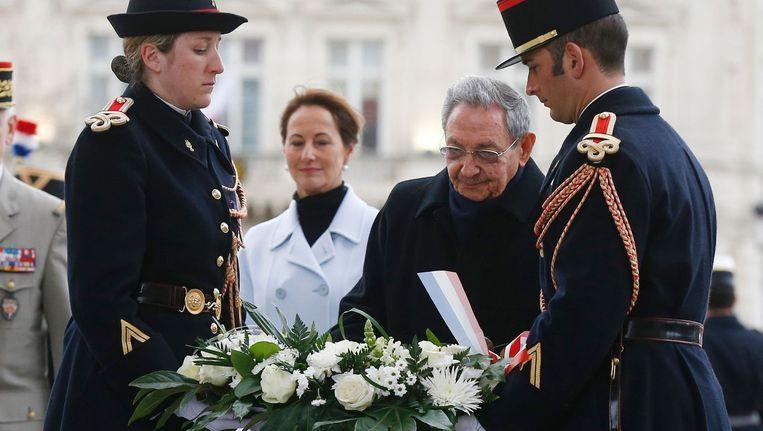 De 84-jarige Castro legt een krans bij de Arc de Triomphe Beeld afp