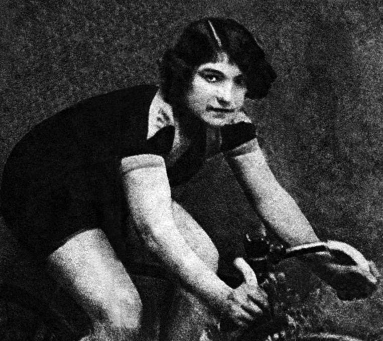 Alfonsina Strada (circa 1920): vrouw én gek van de fiets. Beeld BelgaImage