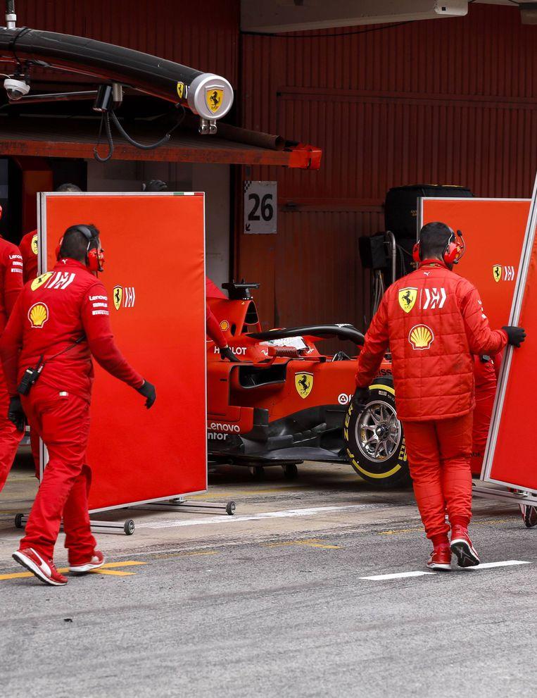 De bolide van Sebastian Vettel wordt na de test afgeschermd. Beeld BSR Agency