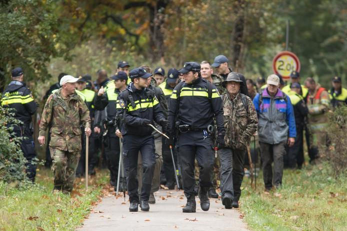 Politie, leger en tal van vrijwilligers zoeken in Den Dolder naar de sporen van de vermiste Anne Faber uit Utrecht.
