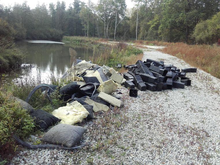 Politie trof in oktober nog een sluikstort aan van ruim duizend zwarte kunststoffen bloempotten, een aanzienlijke hoeveelheid isolatiemateriaal en filterdoeken met een cannabisgeur