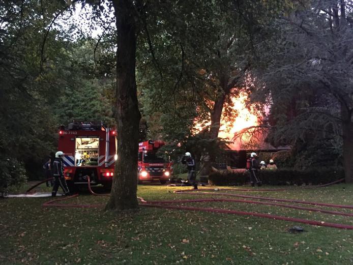 De woning in Uchelen gaat in vlammen op.