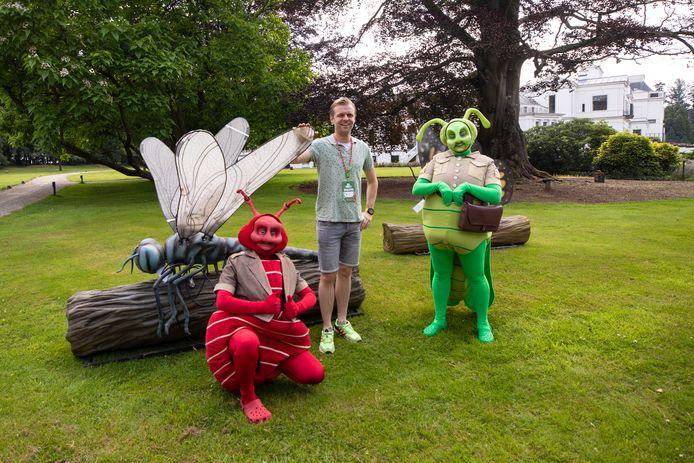 Tim Lammers met Miro en Kreek bij een libelle.